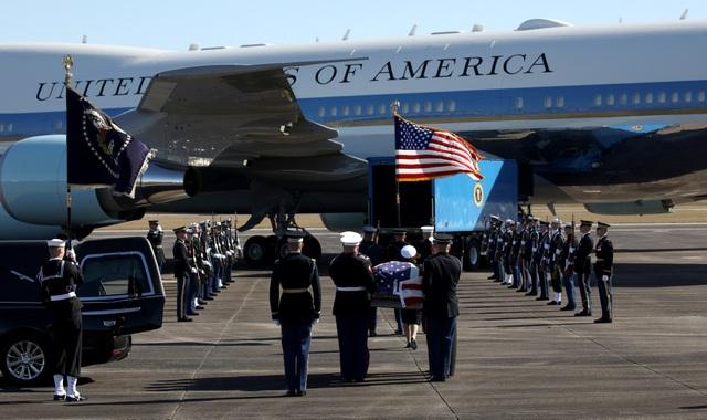 Linh cữu của cố Tổng thống Bush được phủ quốc kỳ Mỹ và được các binh sĩ Mỹ đưa từ trên máy bay xuống theo nghi thức đặc biệt của quân đội.
