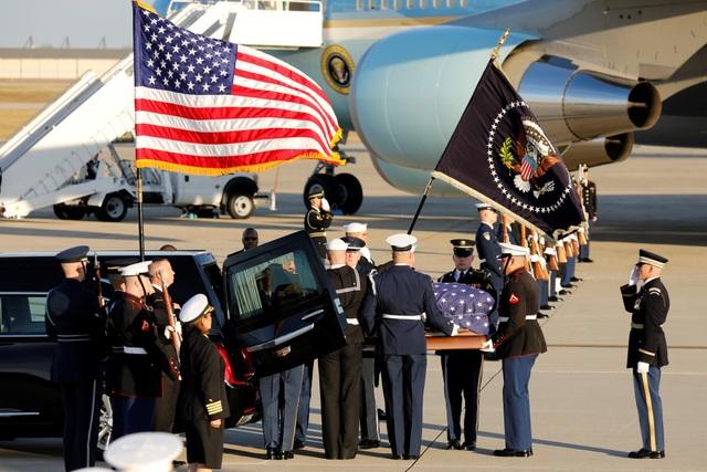 Vào chiều 3/12, chuyên cơ Không Lực Một chở thi hài cố Tổng thống George H.W. Bush đã hạ cánh xuống căn cứ không quân Andrews ở ngoại ô thủ đô Washington DC sau gần một giờ bay từ sân bay Ellington ở Houston.