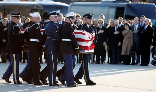 """Các thành viên trong gia đình Bush, gồm cựu Tổng thống George W. Bush, cựu đệ nhất phu nhân Laura Bush, cựu Thống đốc Florida Jeb Bush, đã có mặt tại căn cứ Andrews để đón linh cữu cố Tổng thống Bush """"cha""""."""
