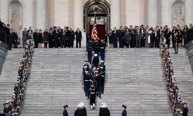 Linh cữu cố tổng thống Bush sau đó được đưa lên xe tang tới Đồi Capitol (tòa nhà quốc hội Mỹ) ở thủ đô Washington DC và đặt dưới mái vòm. Đây là nghi thức tôn vinh các công dân xuất chúng của Mỹ.