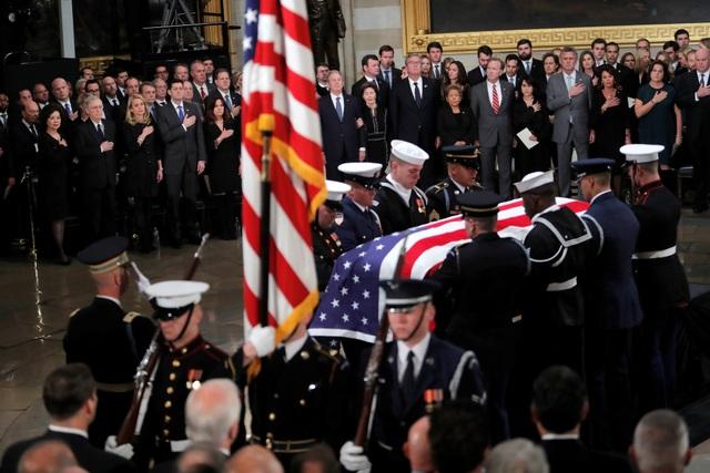 Trong thời gian linh cữu cố Tổng thống Bush được đặt tại mái vòm Đồi Capitol, công chúng có thể tới để viếng và tưởng niệm ông, bắt đầu từ 19h30 ngày 3/12.