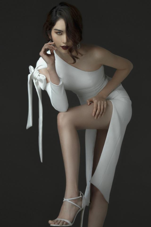 Trong bộ ảnh thời trang vừa thực hiện, Nam Anh cho thấy một hình ảnh vừa kiêu kỳ quyền quý nhưng vẫn không kém sự cuốn hút đầy nữ tính.