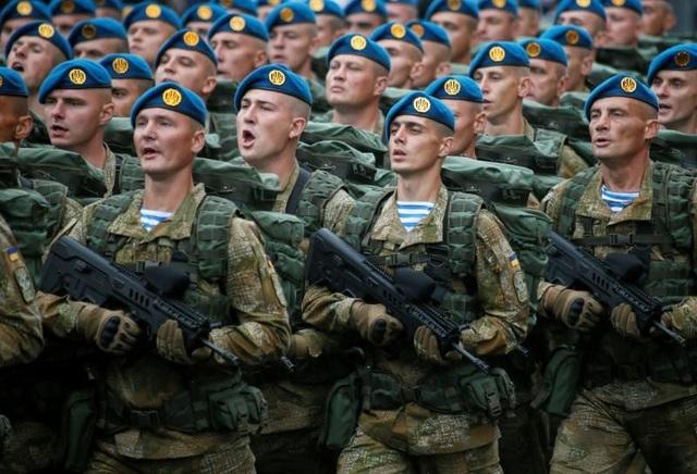 Binh sĩ Ukraine diễu binh ở thủ đô Kiev (Ảnh: Reuters)
