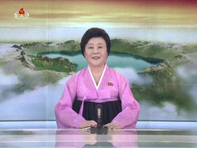 Quý bà áo hồng Ri Chun-hee, phát thanh viên nổi tiếng nhất Triều Tiên. Ảnh: Reuters