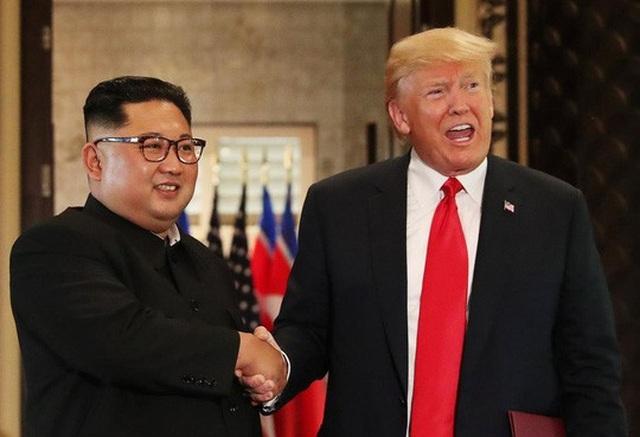 Nhà lãnh đạo Kim Jong-un bắt tay Tổng thống Donald Trump tại Thượng đỉnh Mỹ-Triều ở Singapore hồi tháng 6. Ảnh: Reuters