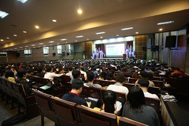 Gần 400 sinh viên Đại học Kinh tế TP.HCM đã đến tham dự buổi nói chuyện chuyên đề về Insurtech do Hiệp hội Bảo hiểm Việt Nam tổ chức gần đây tại TP.HCM.