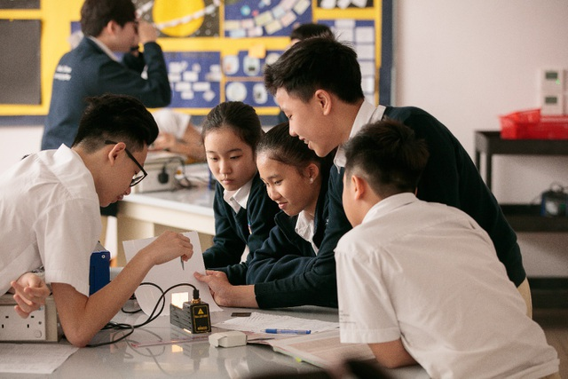 Học sinh Trung học của BIS Hà Nội trong một tiết học Vật lý.