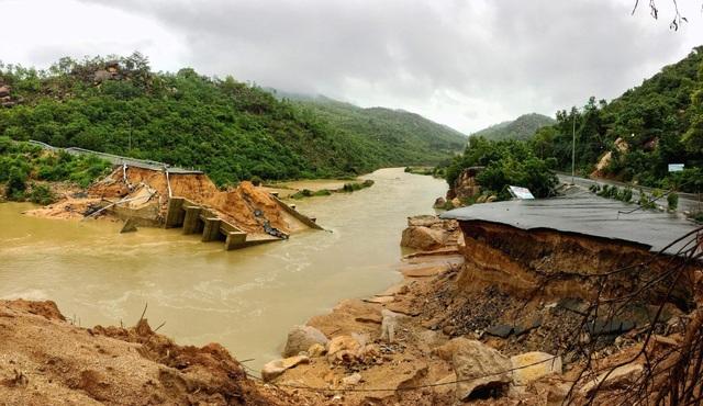 Cầu bê tông này là cầu huyết mạch kết nối với bán đảo Bình Lập (Ảnh: Trí Nguyễn)