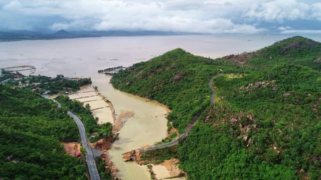 Cầu bê tông dài hơn 50m bị cuốn phăng, gãy đôi khiến 340 hộ dân bán đảo Bình Lập bị cô lập với đất liền (Ảnh: Trí Nguyễn)