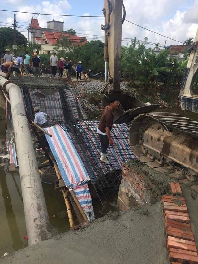 Sau khi cầu sập, người dân đã tiến hành thu dọn để xây dựng lại