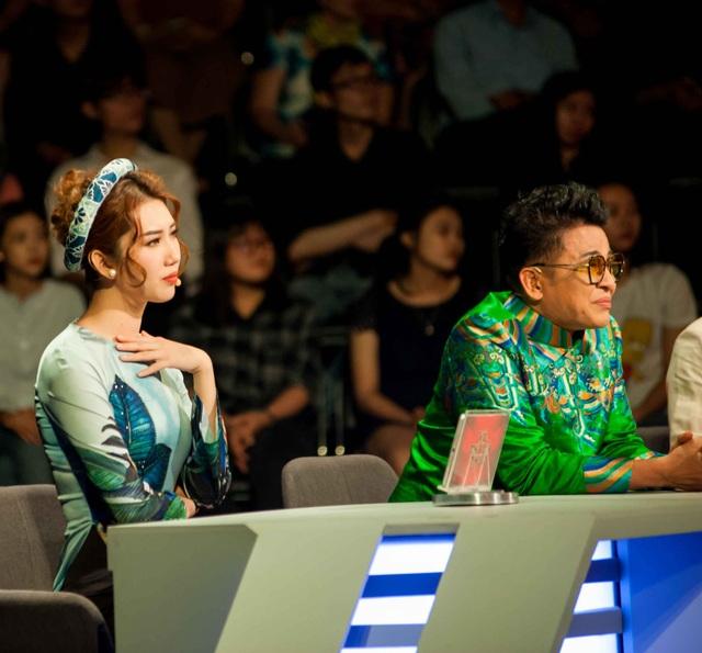 MC Thanh Bạch và nữ diễn viên Thúy Ngân của Gạo nếp gạo tẻ lắng nghe câu chuyện xúc động của nghệ nhân Lê Minh Hùng.