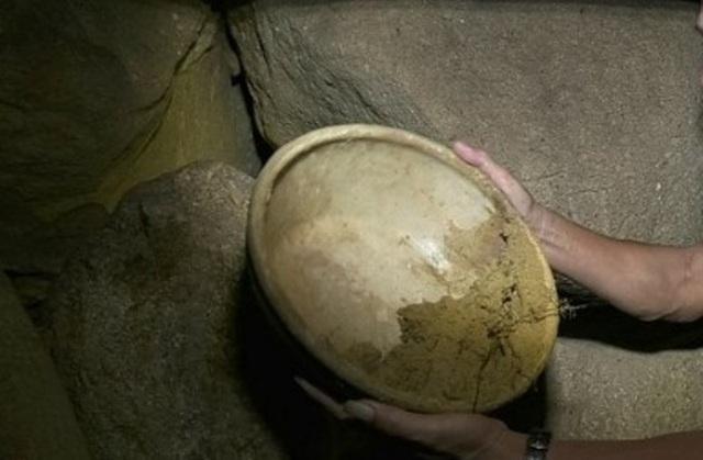 Người dân địa phương phát hiện 2 chậu sứ trong hang động.