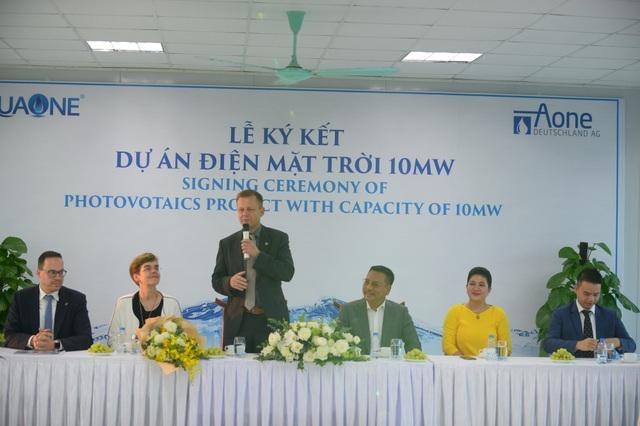 Bà Đỗ Thị Kim Liên, Chủ tịch HĐQT Công ty Cổ phần nước mặt Sông Đuống (váy vàng) tại lễ ký kết Dự án điện mặt trời 10MW