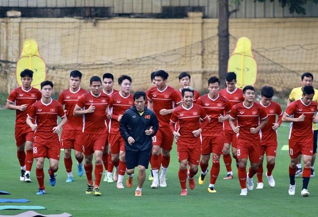 Các cầu thủ Việt Nam khởi động cho buổi tập, ảnh: Minh Phương