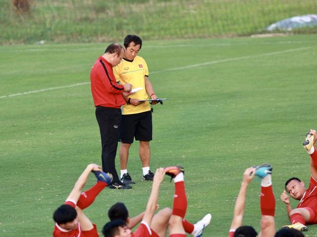 HLV Park Hang Seo (áo đỏ) hội ý cùng trợ lý khi các học trò khởi động, ảnh: Minh Phương