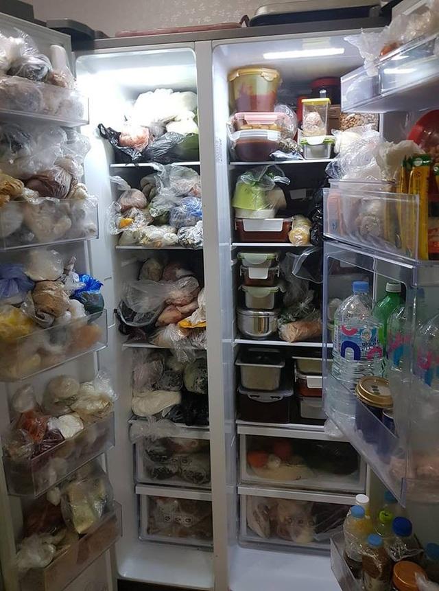 Chiếc tủ lạnh 2 ngăn chật kín gây choáng váng cho dân mạng.