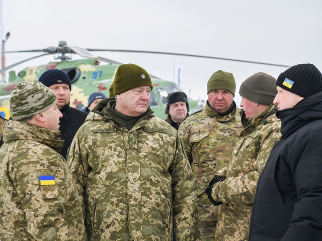 Tổng thống Ukraine Poroshenko (thứ hai từ trái sang) và Bộ trưởng Quốc phòng Ukraine Stepan Poltorak (ngoài cùng bên trái) thăm một căn cứ quân sự vào cuối tuần trước. (Ảnh: Sky)