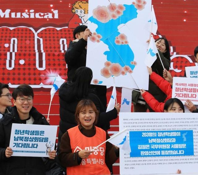 Nhóm sinh viên và nhà hoạt động tổ chức sự kiện chào mừng nhà lãnh đạo Kim Jong-un qua thăm Hàn Quốc (Ảnh: Yonhap)