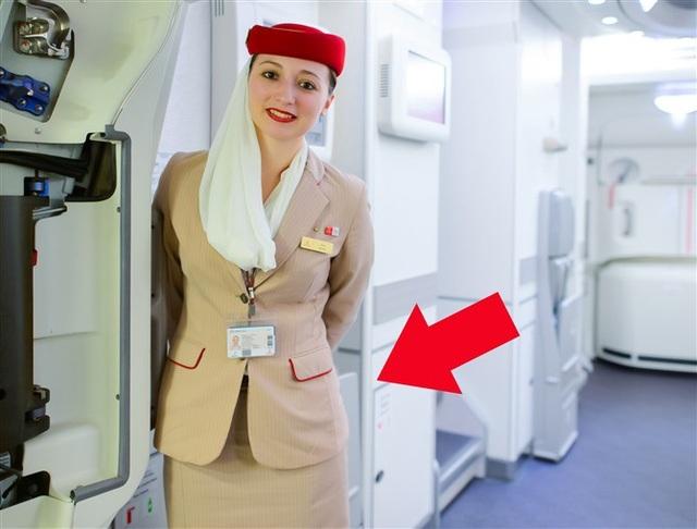 Đằng sau động tác để hai tay phía sau hông của các tiếp viên hàng không ẩn chứa một bí mật không phải ai cũng biết
