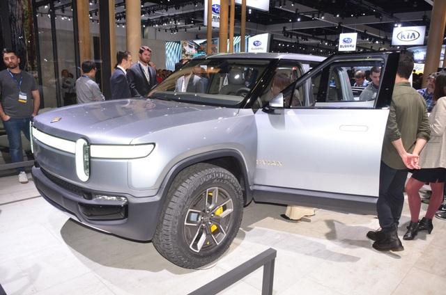 R1T là 1 trong 2 chiếc xe chạy hoàn toàn bằng điện mà Rivian sẽ mang đến triển lãm ô tô Los Angeles năm nay, bên cạnh chiếc SUV có tên R1S.
