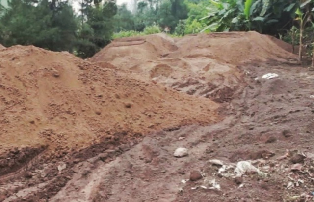 Xỉ thải được đổ tràn lan khắp nơi (ảnh CTV)