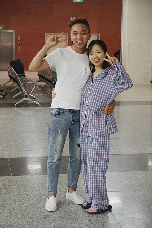 """Khánh và Yến nhí nhảnh tạo dáng,""""nếu không mặc áo đồng phục, không ai biết Yến là bệnh nhân""""."""