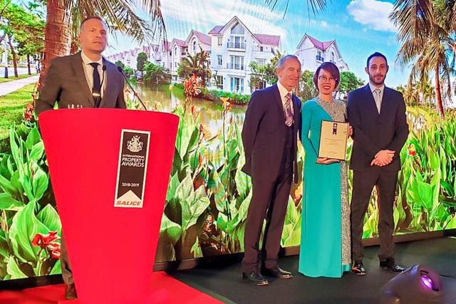 """Đại diện Vinhomes nhận giải thưởng """"Bất động sản tốt nhất thế giới"""" 2018 do IPA trao tặng."""