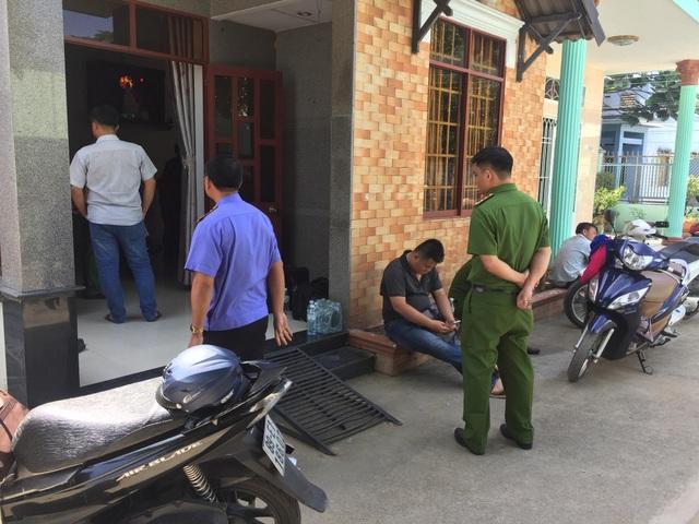 Các lực lượng chức năng tiến hành khám nghiệm hiện trường nơi căn nhà xảy ra vụ mất trộm
