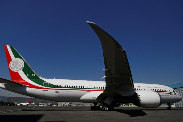Theo trang tin hàng không AirFleets, chuyên cơ tổng thống của Mexico là chiếc Boeing Dreamliner thứ 6 từng được sản xuất và bay lần đầu tiên vào ngày 4/10/2010. Mexico đã mua lại chuyên cơ này vào năm 2016 đi kèm yêu cầu hãng Boeing cải tiến nó trở thành một chuyên cơ sang trọng, đẳng cấp.
