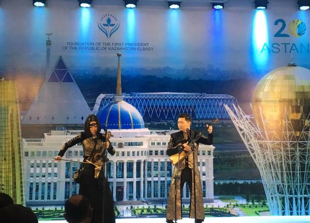 Nhóm nhạc Arkaiym trình diễn những bài hát truyền thống đặc sắc của Kazakhstan tại triển lãm (Ảnh: Đức Hoàng)