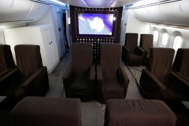 Một chiếc TV nằm ở giữa thân máy bay.