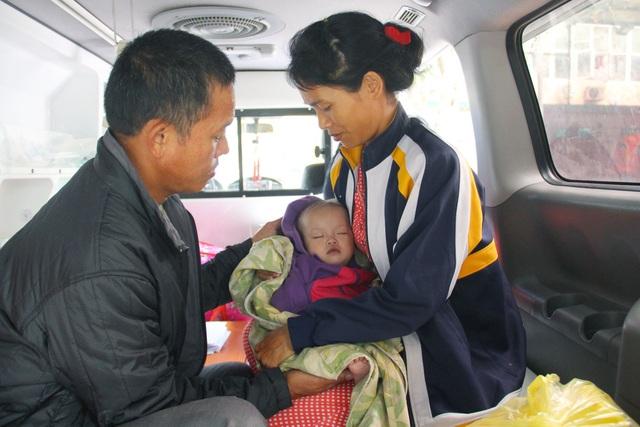 Do bệnh tình quá nặng, vợ chồng anh Hồ phải tức tốc đưa con đi Hà Nội.
