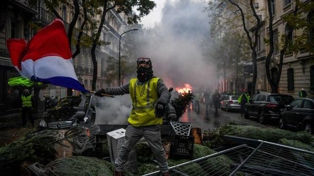 Một người biểu tình thuộc phong trào Áo vàng hồi cuối tuần qua ở Paris, Pháp (Ảnh: AFP)
