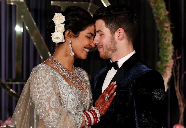 Cô dâu mặc váy cưới Falguni Shane sang trọng và đẹo rất nhiều nữ trang đắt giá