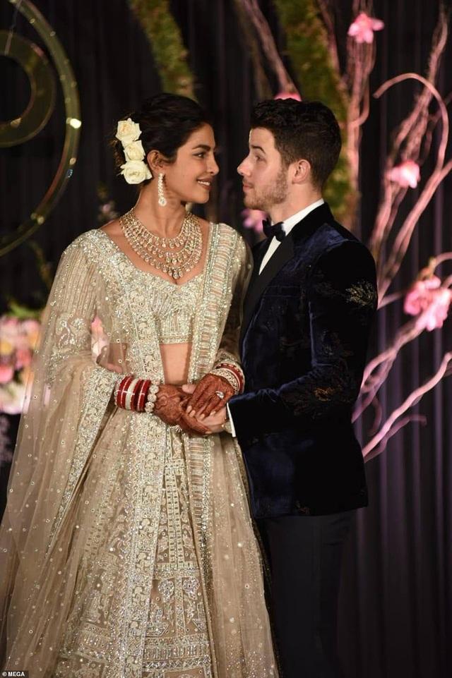 Trước đó hoa hậu 36 tuổi và chồng 26 tuổi đã có một đám cưới kéo dài 3 ngày ở lâu đài tại Jodhpur, Ấn Độ
