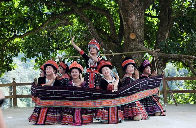 Những thiếu nữ xinh đẹp của bản Mông - Sin Suối Hồ biểu diễn văn nghệ