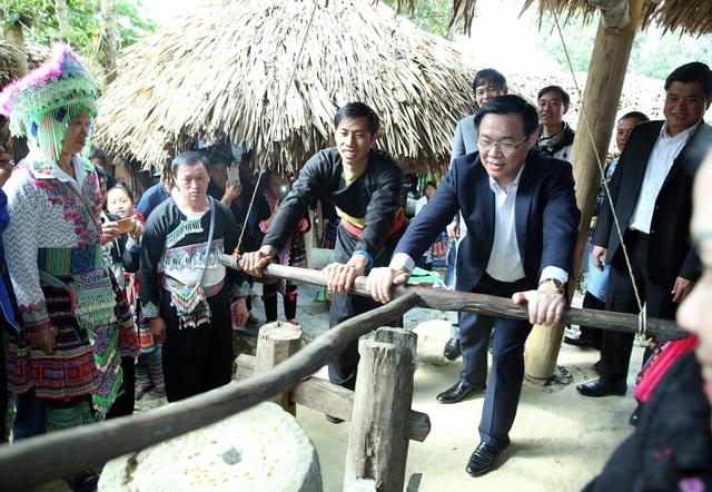 Ngày 5/12, đến thăm bản người Mông ở Sin Suối Hồ, Phó Thủ tướng Vương Đình Huệ cùng xay ngô với bà con dân bản