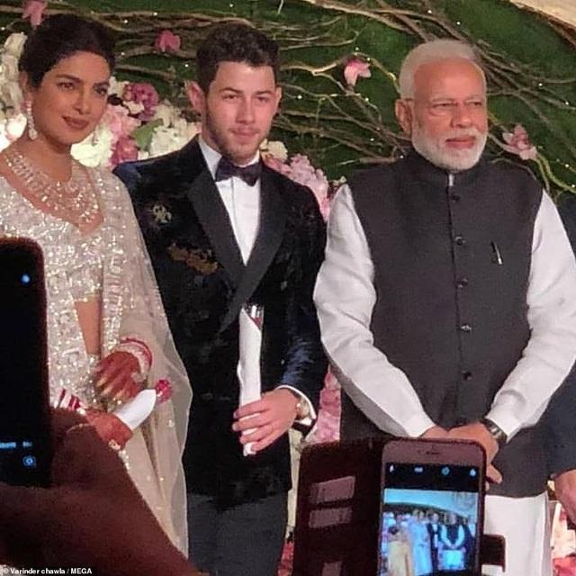 Vào ngày chủ nhật vừa qua, cặp đôi đã trao lời thề trong một đám cưới theo phong cách Hindu xa hoa. Chopra mặc một bộ váy truyền thống màu đỏ rực. Họ kết thúc ngày cuối tuần với một nghi lễ cưới trong đó gia đình Chopra ban phước cho cuộc sống mới của cô với Jonas.