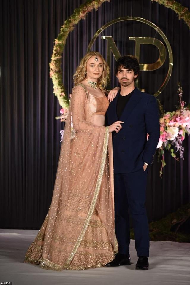 Anh chú rể Joe Jonas và bạn gái Sophie Turner sang trọng dự lễ cưới