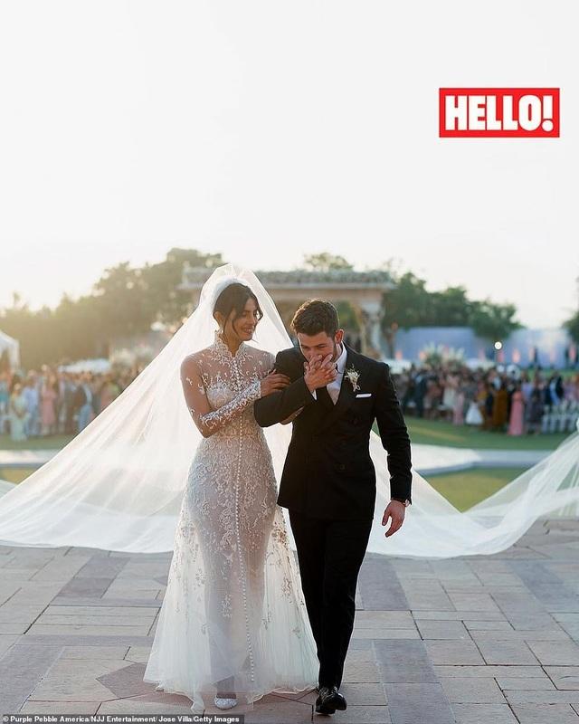 Cô dâu xinh đẹp diện váy cưới xa hoa của Ralph Lauren gắn rất nhiều ngọc trai và mất gần 2000 giờ để hoàn thành theo cách thủ công. Váy cưới của Priyanka là chiếc váy cưới thứ 4 mà Ralph Lauren từng thiết kế trong sự nghiệp, 3 chiếc váy trước ông đều thiết kế cho người thân trong gia đình