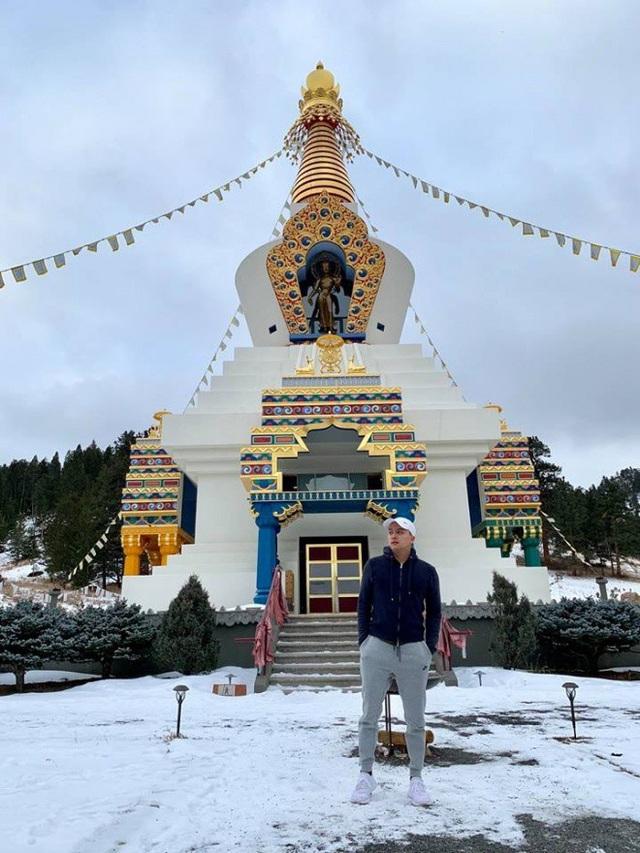 Ca sĩ Cao Thái Sơn đi du lịch ở Tây Tạng.