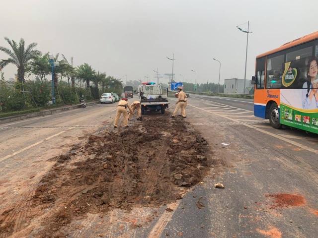 Lực lượng CSGT đã tiến hành dọn dẹp bùn đất, đảm bảo an toàn cho các phương tiện di chuyển.