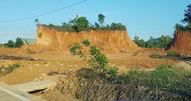 Một số công trình xây dựng trái phép trên đất lâm nghiệp, cạnh đường Hồ Chí Minh.