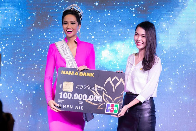 Đại diện Nam A Bank trao tặng cho Hoa hậu H'Hen Niê thẻ tín dụng Nam A Bank JCB Platinum tại họp báo công bố đại diện chính thức của Việt Nam tại cuộc thi Hoa hậu Hoàn vũ Thế giới - Miss Universe 2018.