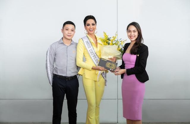 Đại diện Nam A Bank đến tiễn tại sân bay và chúc Hoa hậu HHen Niê thể hiện tốt tại đấu trường Miss Universe 2018.