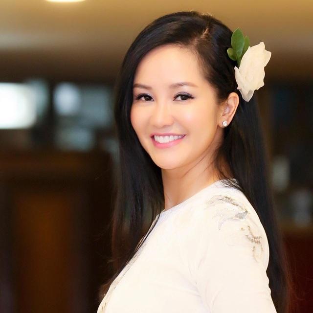 """Đồng hành cùng Hồng Nhung và Tùng Dương trong liveshow """"Người tình"""" diễn ra tối 23/12 còn có Uyên Linh, Minh Tuyết, Quang Lê."""