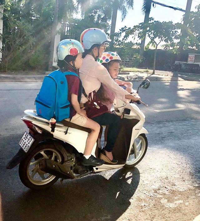 Hình ảnh chị Bống lái xe máy chở hai con Tôm - Tép đi học gây xúc động.