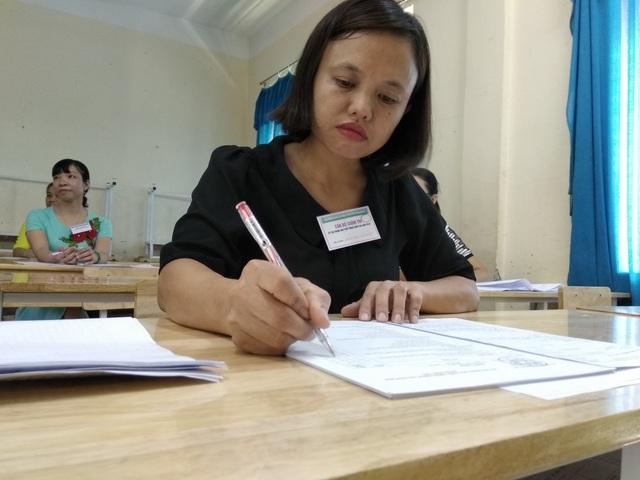 Chấm thi THPT quốc gia môn Ngữ văn năm 2018 tại Hòa Bình (Ảnh: Mỹ Hà).