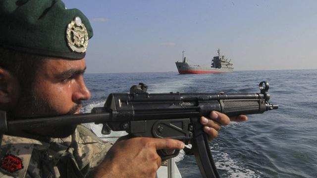 Binh sĩ Iran gần eo biển Hormuz. (Ảnh: Reuters)