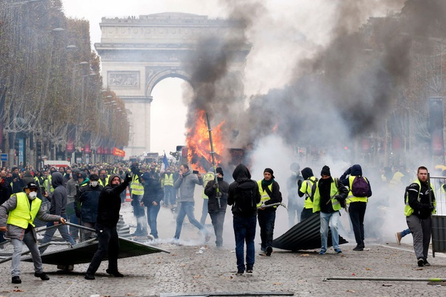 Người biểu tình Áo vàng đụng độ với cảnh sát tại Paris. (Ảnh: Time)